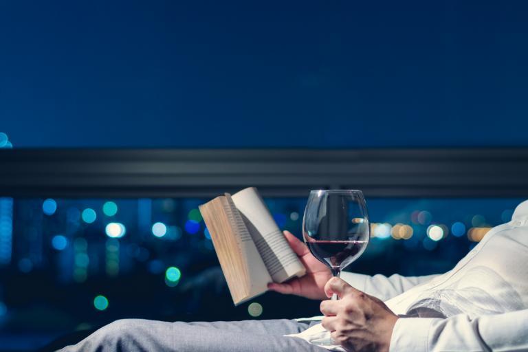 8 คำแนะนำในการจับคู่ไวน์กับหนังสือที่คุณอ่าน