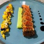 ปลาแซลมอนย่างเสิร์ฟพร้อมมะม่วงแฟนตาซี & ไวน์ Verduzzo Venezia Giulia IGT