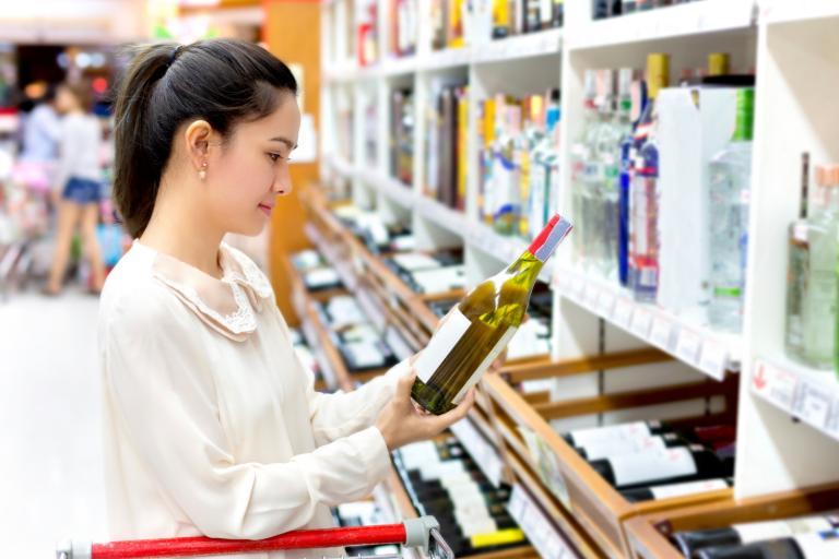 Hướng dẫn mua rượu vang: Hỗ trợ nhân viên bán hàng giúp bạn
