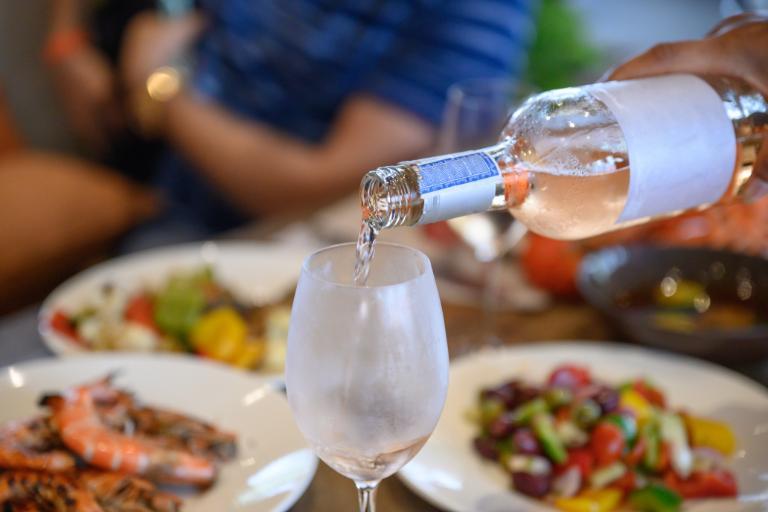 Đúng hay Sai: Rượu vang Rosé được làm bằng cách pha trộn rượu vang đỏ và trắng với nhau