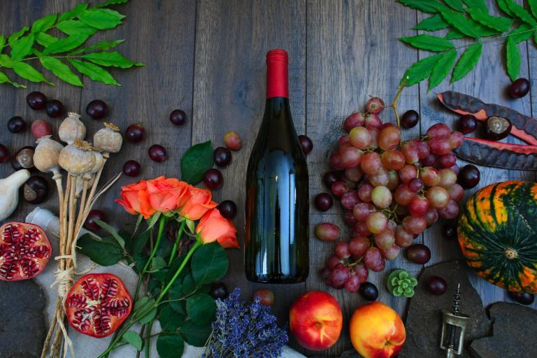 判断题:葡萄酒中的不同风味和香味来自于添加到葡萄酒中的不同水果